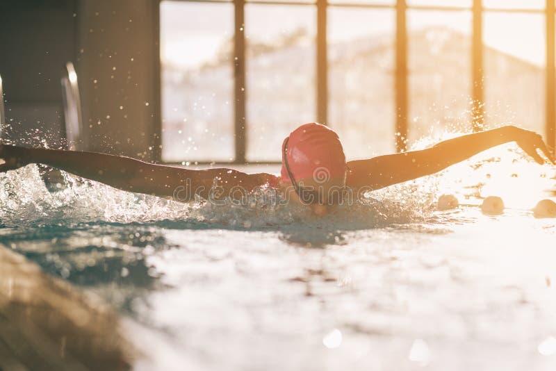 Jonge meisjes zwemmende vlinder royalty-vrije stock afbeeldingen