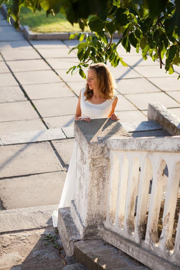 Jonge meisjesbruid in de zonnige oude stad in de ochtend stock afbeeldingen