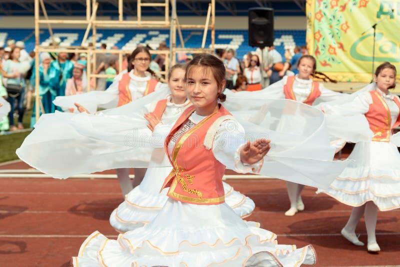 Jonge meisjesdansen in een nationaal Tatar kostuum royalty-vrije stock foto's