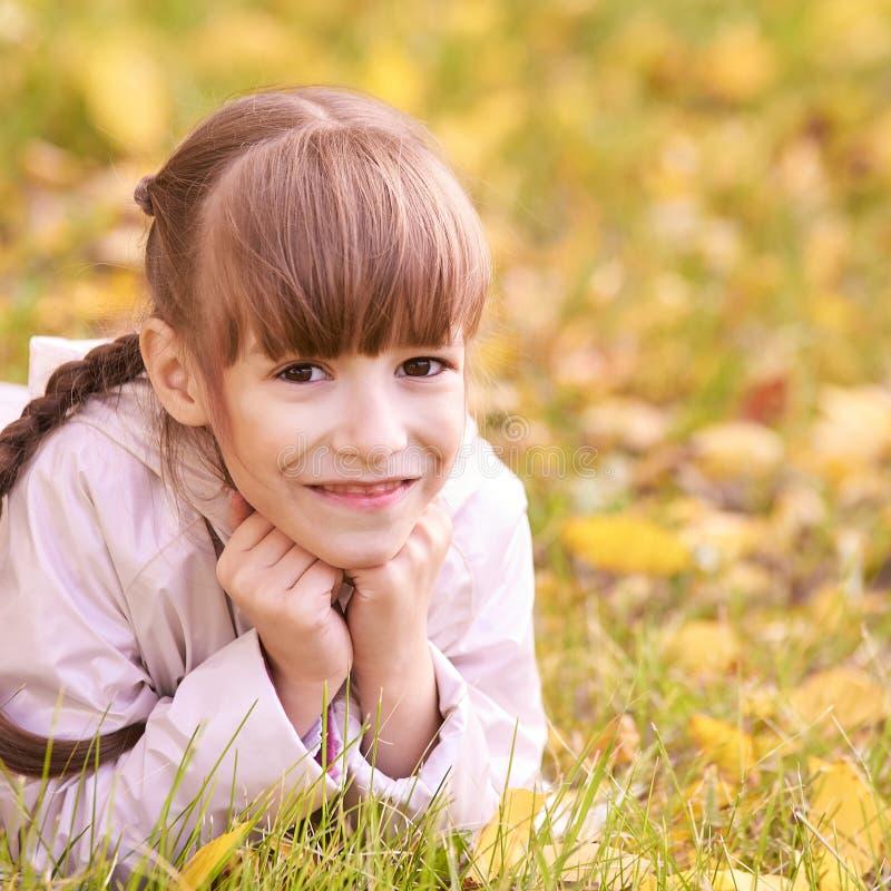 Jonge meisjesdroom De achtergrond van de herfst Rode en oranje het bladclose-up van de kleurenKlimop Mooie glimlach royalty-vrije stock afbeelding