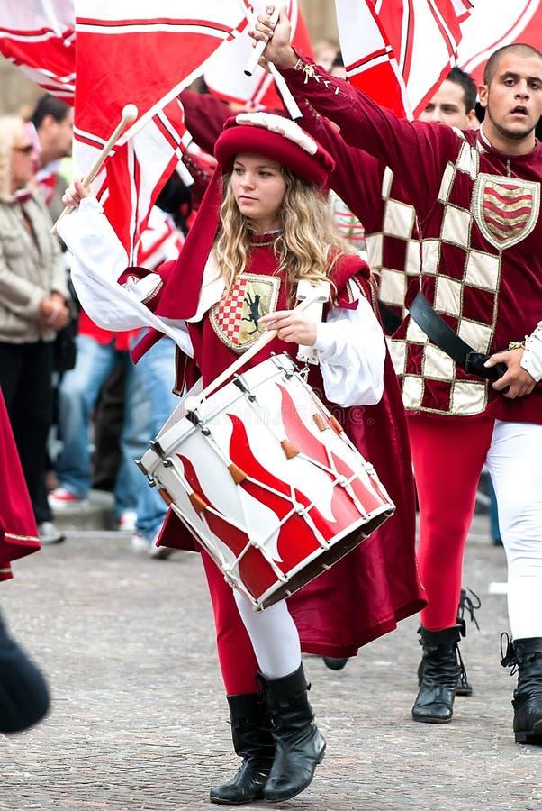 Jonge Meisjesslagwerker in middeleeuwse het weer invoerenkostuums stock foto