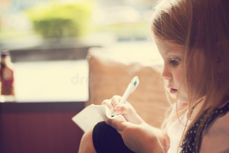 Jonge meisjestekening royalty-vrije stock afbeelding