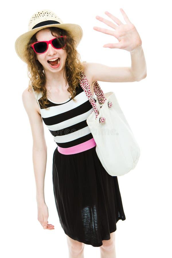 Jonge meisjestoerist in de zomeruitrusting die emotioneel golven stock foto's