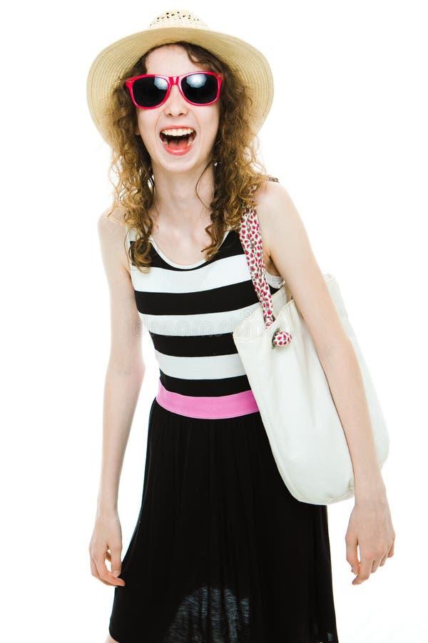 Jonge meisjestoerist in de zomeruitrusting die - stellen stock fotografie