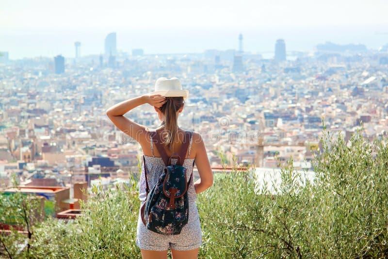 Jonge meisjestoerist met een rugzak Barcelona, Spanje royalty-vrije stock afbeelding
