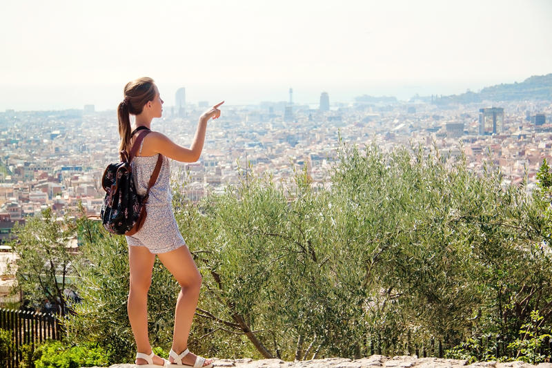 Jonge meisjestoerist met een rugzak Barcelona, Spanje stock foto's