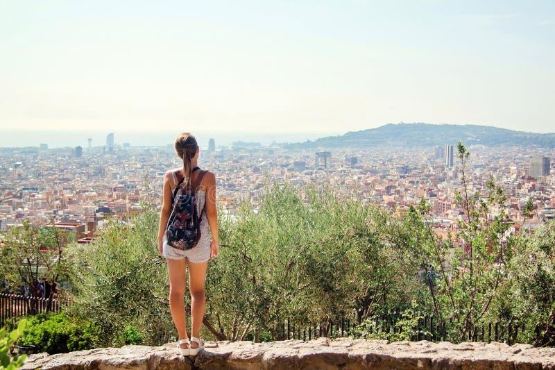 Jonge meisjestoerist met een rugzak die de stad Barcelona bekijken royalty-vrije stock fotografie