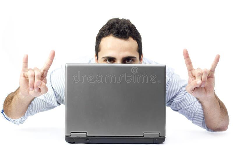 Jonge mens achter laptop stock afbeelding