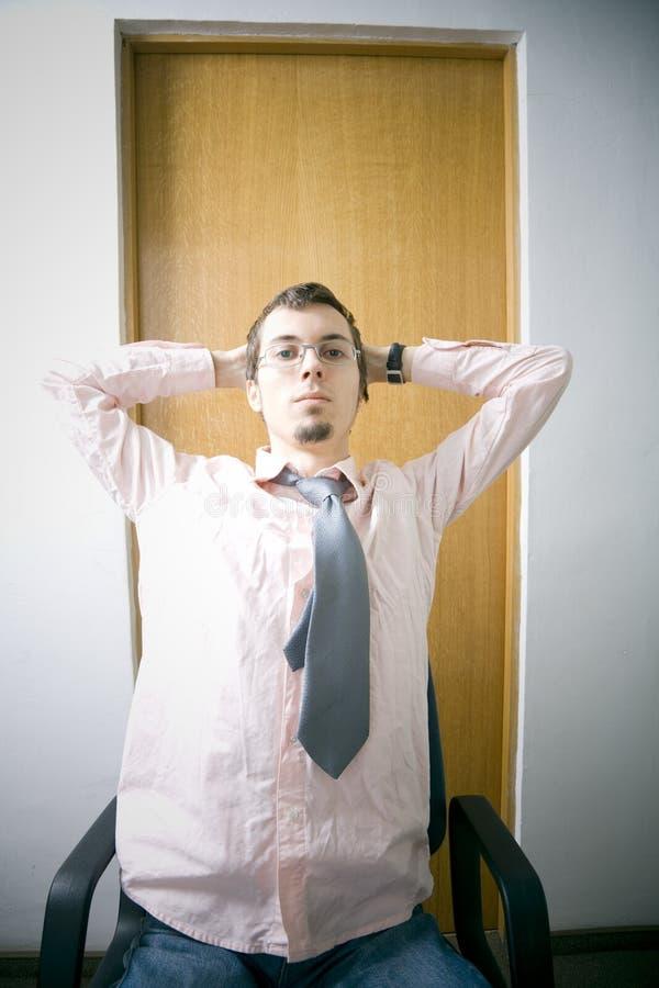 Jonge mens als bureauvoorzitter royalty-vrije stock afbeeldingen