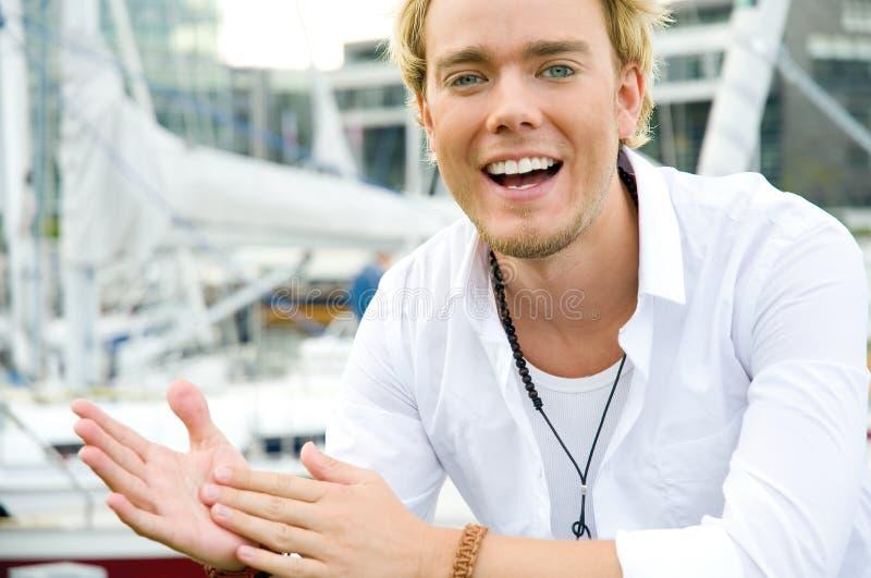 Jonge mens bij een yachtclub stock afbeelding