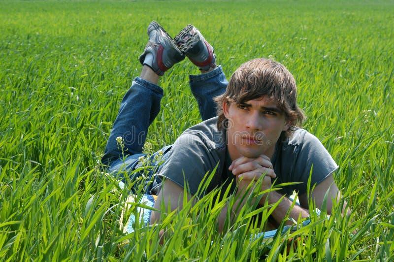 Jonge Mens bij het Groene Gras stock afbeelding