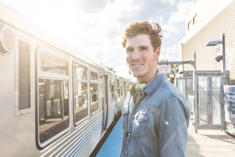 Jonge mens bij station in Chicago stock afbeeldingen