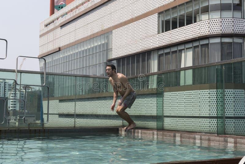 Jonge mens bij zwembad royalty-vrije stock fotografie