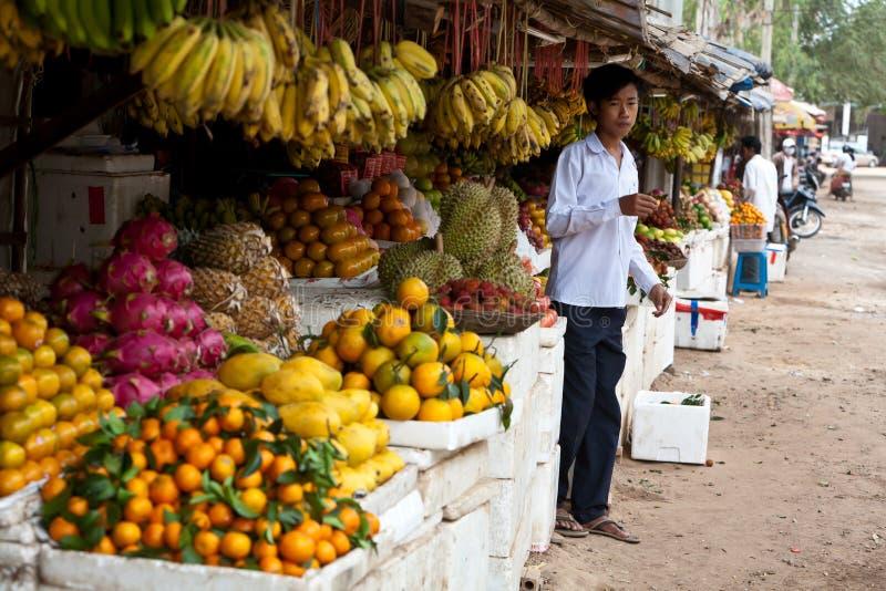 Jonge Mens in Cambodjaanse Markt royalty-vrije stock foto's