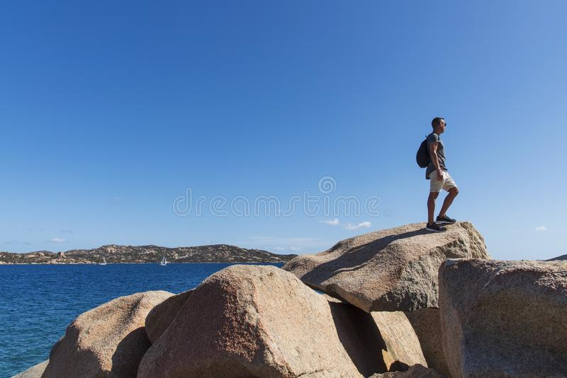 Jonge mens in Costa Smeralda in Sardinige, Italië stock foto's