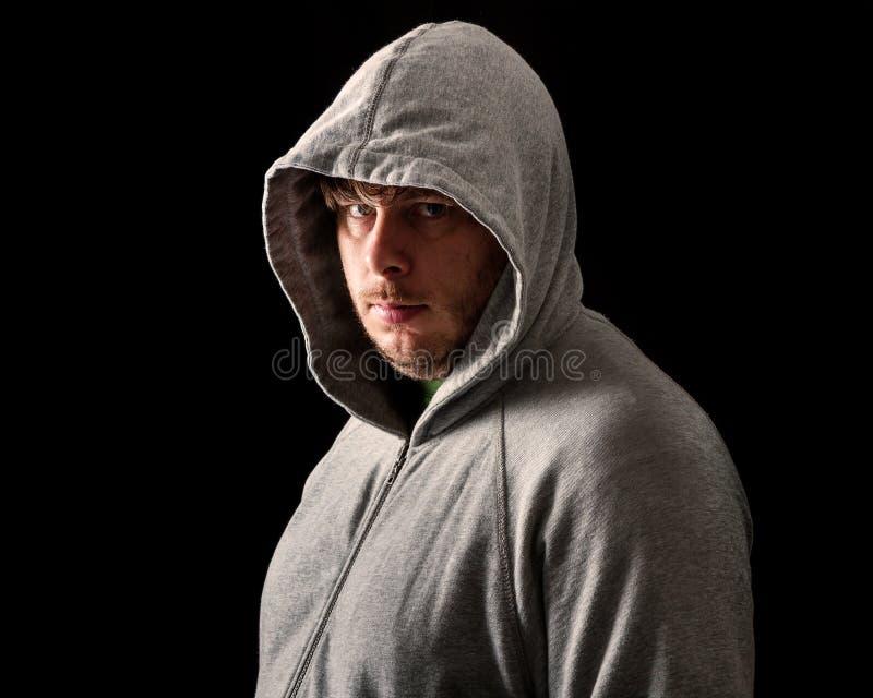 Jonge mens in dark van nacht stock afbeeldingen