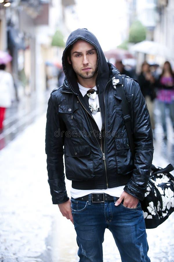 Jonge mens in de stad stock fotografie