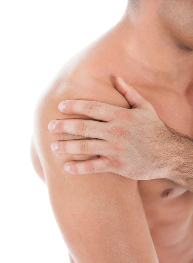 Jonge mens die aan schouderpijn lijden royalty-vrije stock foto's