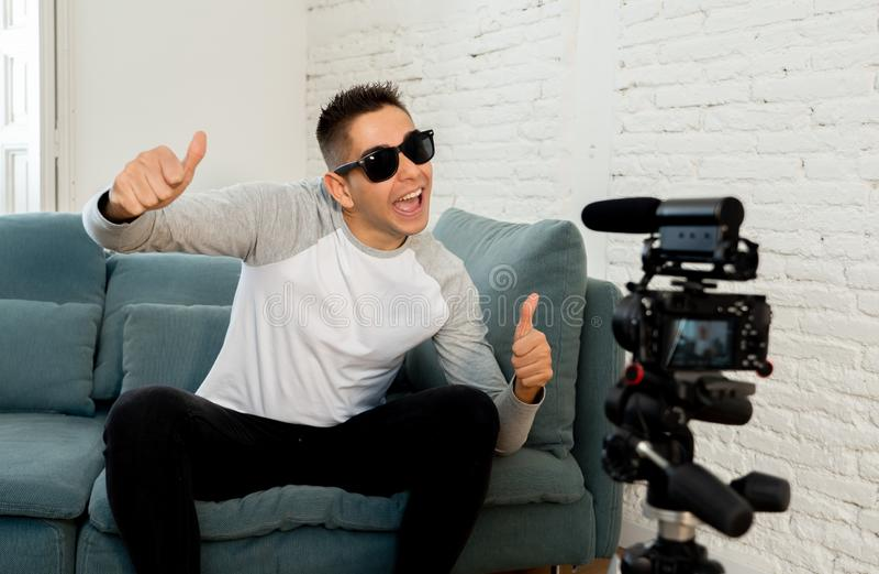 Jonge mens die blogger een video in het stromen op camera voor de aanhangers op Internet registreren royalty-vrije stock foto's