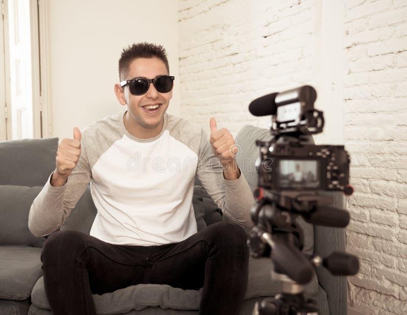 Jonge mens die blogger een video in het stromen op camera voor de aanhangers op Internet registreren royalty-vrije stock afbeelding
