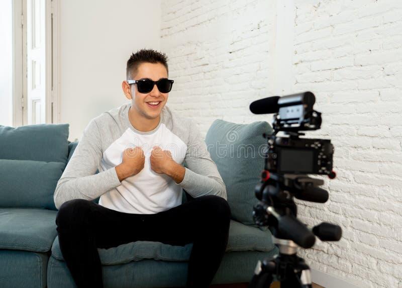 Jonge mens die blogger een video in het stromen op camera voor de aanhangers op Internet registreren stock afbeelding