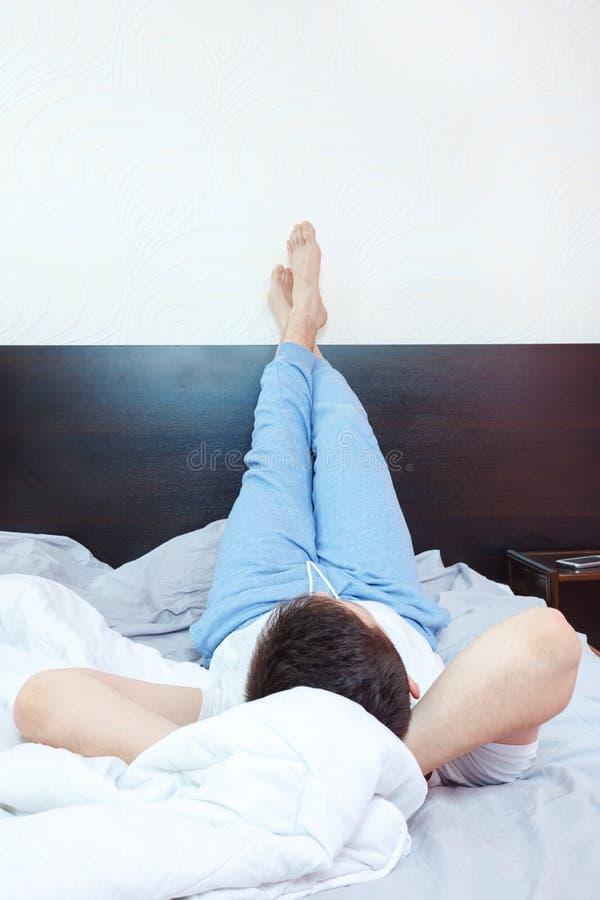 Jonge mens die, chillout of in slaapkamer slapen rusten royalty-vrije stock afbeelding