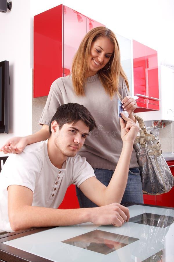 Jonge mens die creditcards geeft aan zijn meisje royalty-vrije stock foto