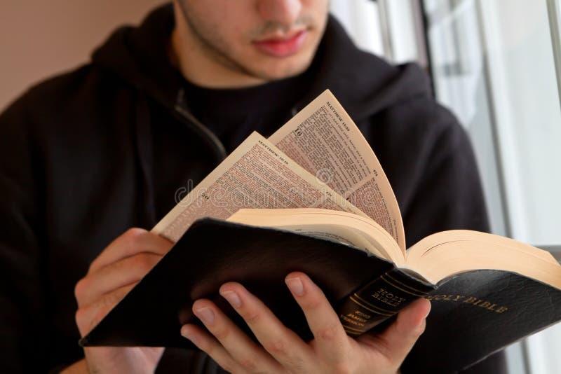 De Bijbel van de Lezing van de mens stock foto's