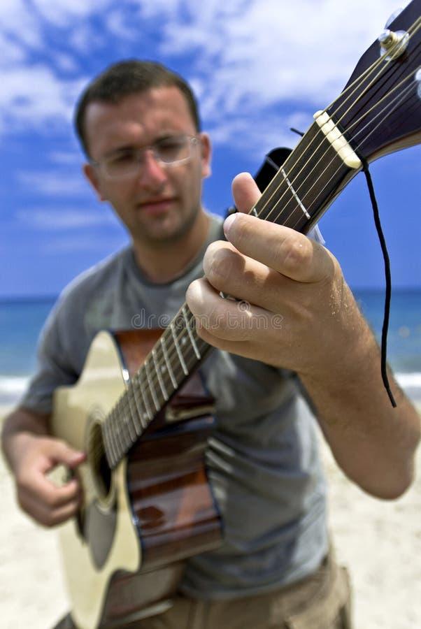 Jonge mens die de gitaar speelt royalty-vrije stock foto's