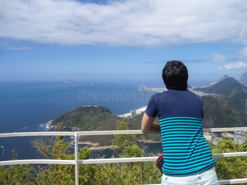 Jonge mens die de oceaan overwegen Reis, het denken en ontspanningsconcept royalty-vrije stock foto's