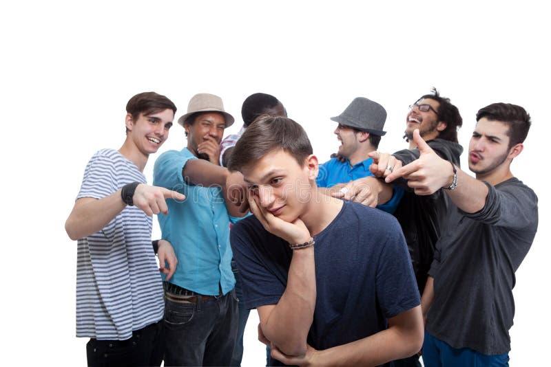 Jonge Mens die door Zijn Vrienden wordt beschuldigd stock foto