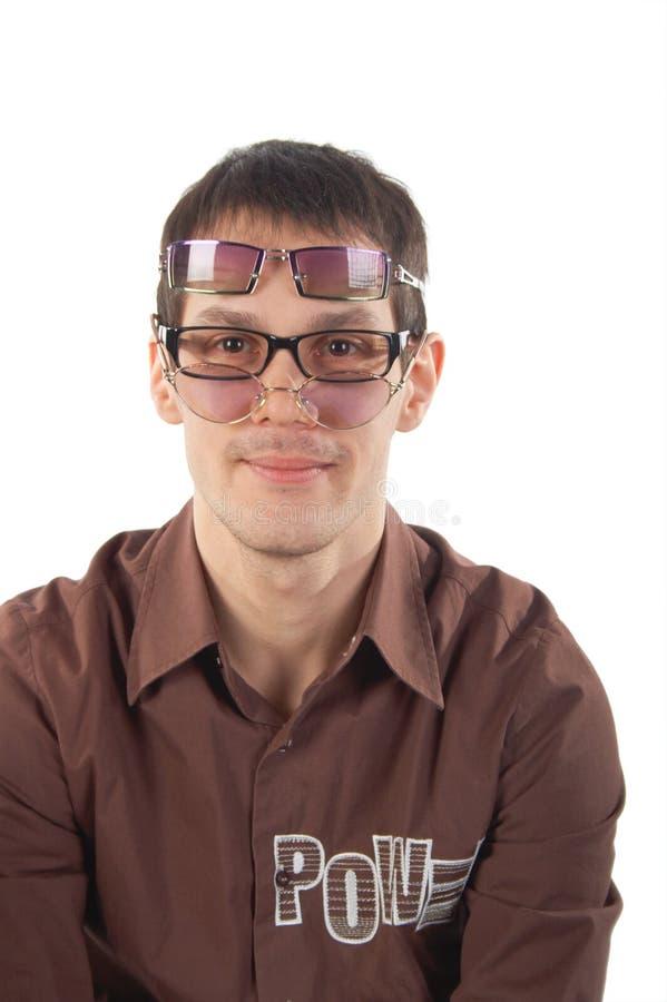 Jonge mens die drie glazen draagt stock fotografie