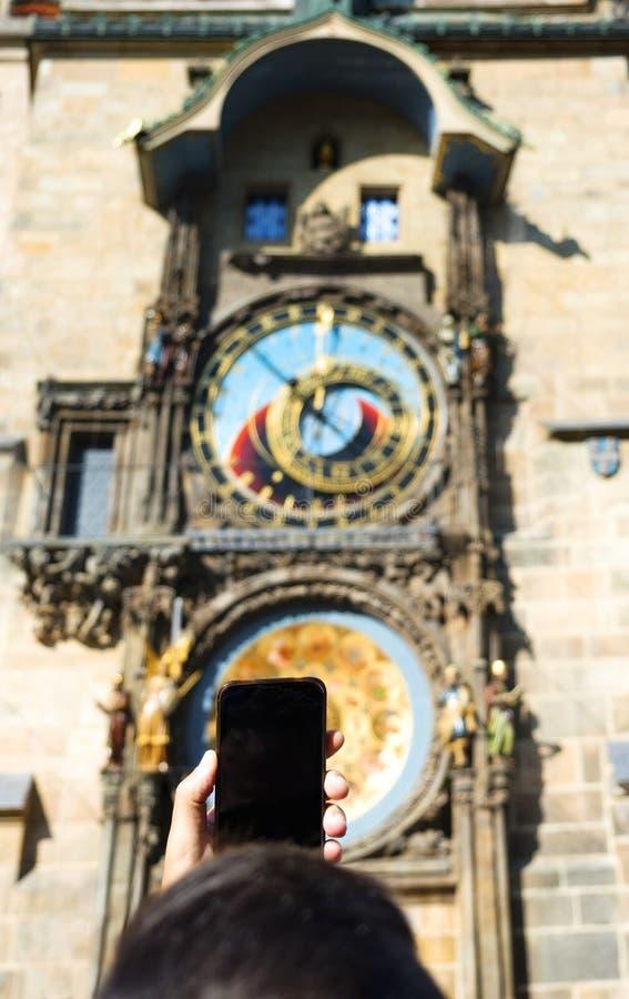 Jonge mens die een beeld van de klok van Praag nemen royalty-vrije stock afbeelding