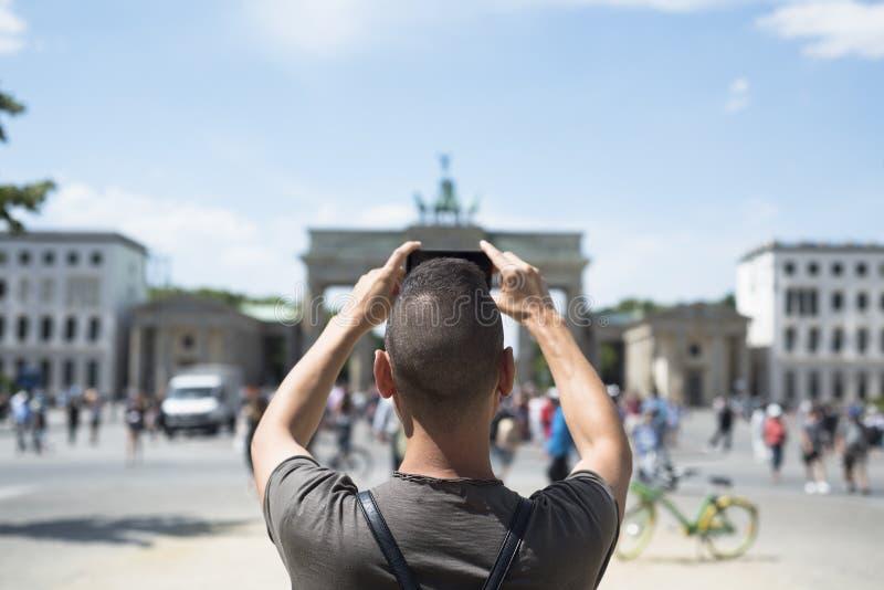 Jonge mens die een beeld van de Poort van Brandenburg nemen royalty-vrije stock foto