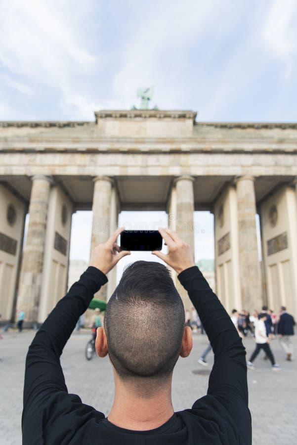 Jonge mens die een beeld van de Poort van Brandenburg nemen royalty-vrije stock afbeelding