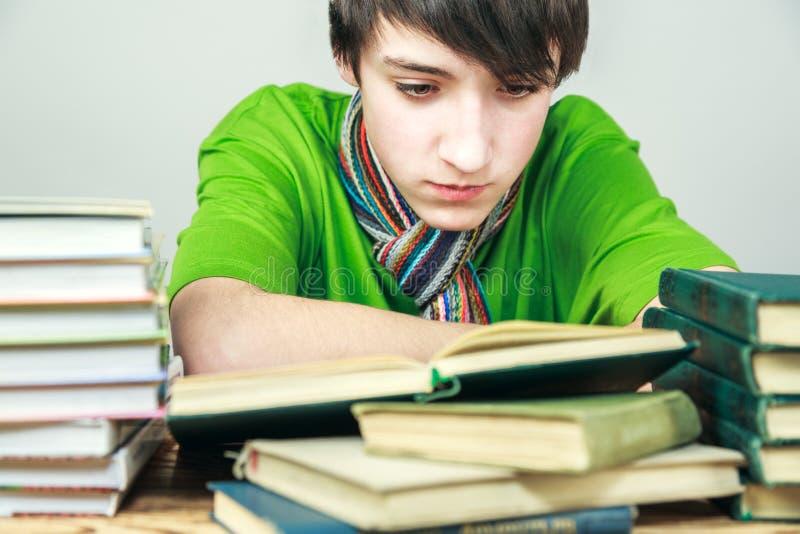 Jonge mens die een boek lezen royalty-vrije stock foto