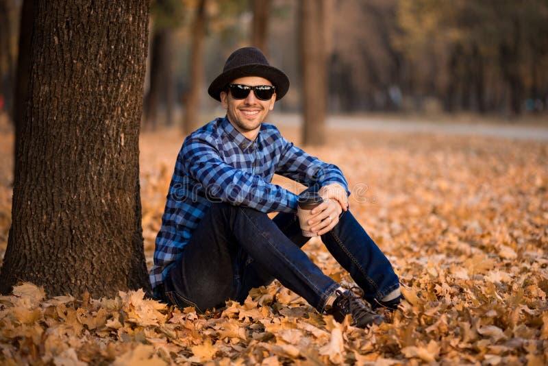 Jonge mens die een controleoverhemd en een jeansgang dragen stock afbeeldingen