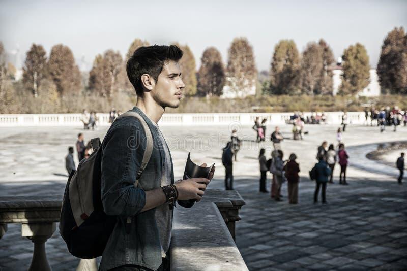 Jonge Mens die een Gids buiten de Historische Bouw houden royalty-vrije stock foto's