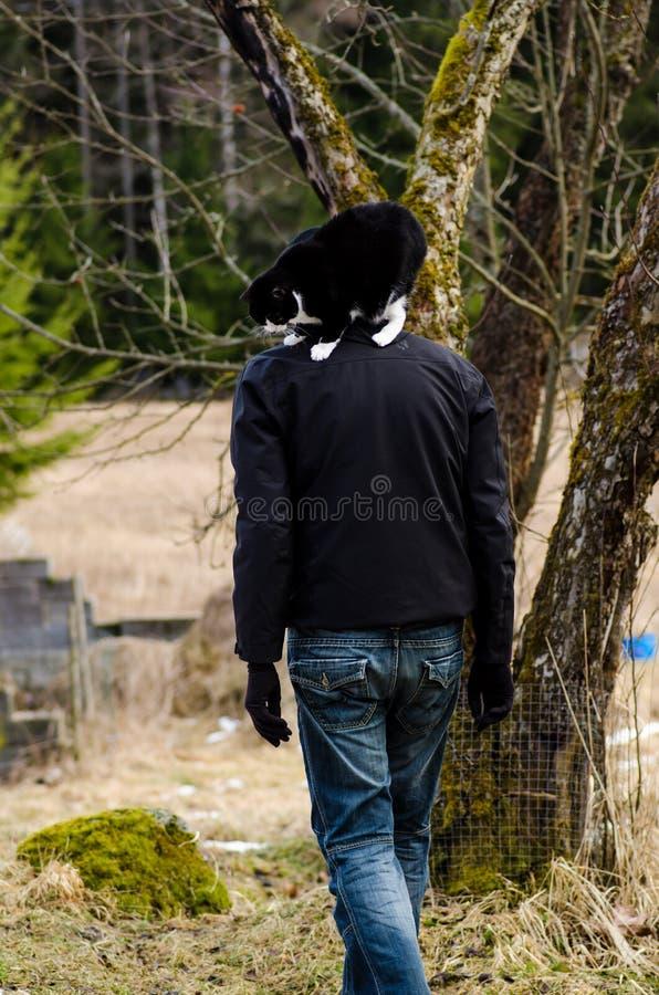 Jonge mens die een kat houden stock afbeelding