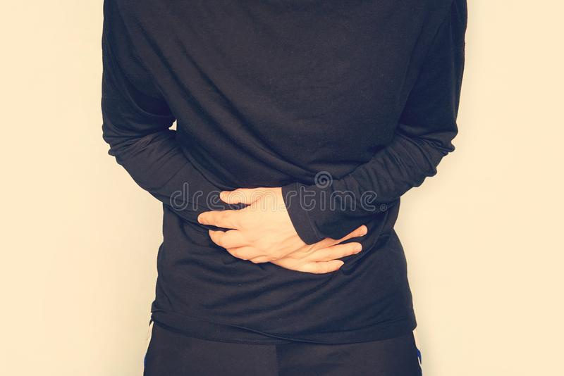 jonge mens die een maagpijn, buikpijn hebben Een mens houdt een grote buik Gisting in de darm Maaggas, flatulentie D stock afbeelding