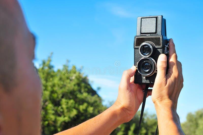 Jonge mens die een selfie met een oude middelgrote forma nemen royalty-vrije stock foto