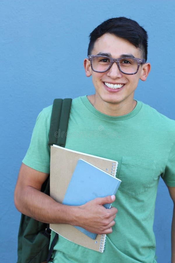 Jonge mens die een stapel boeken houden stock afbeeldingen