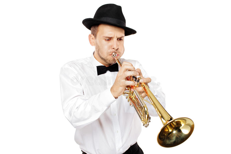 Jonge mens die een trompet speelt stock foto's