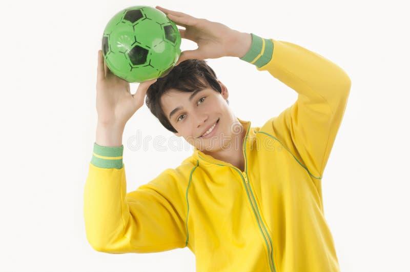 Jonge mens die een voetbalbal vangen royalty-vrije stock foto's