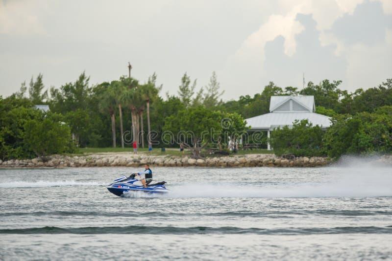 Jonge mens die een Yamaha-golfagent in Miami rennen geschoten met een telelens royalty-vrije stock foto