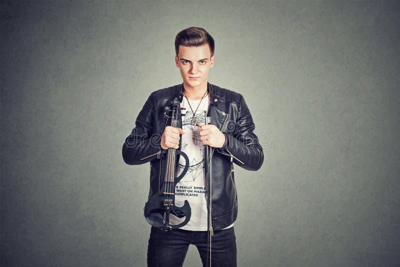 Jonge mens die elektronische viool houden stock afbeelding