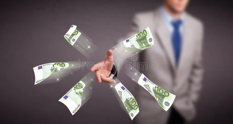 Jonge mens die en geld bevinden zich werpen stock afbeelding