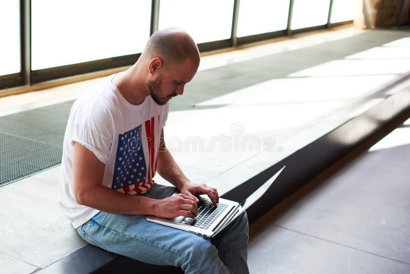 Jonge mens die geld online maken, e-business royalty-vrije stock afbeeldingen