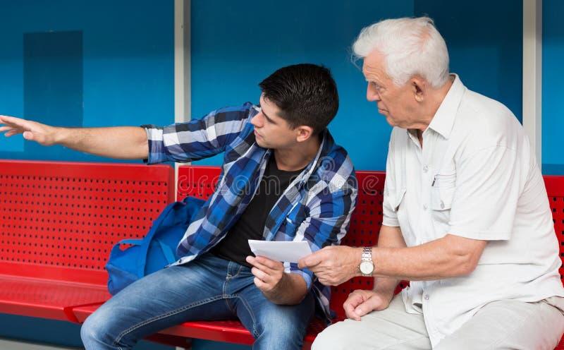 Jonge mens die gepensioneerde helpen royalty-vrije stock foto