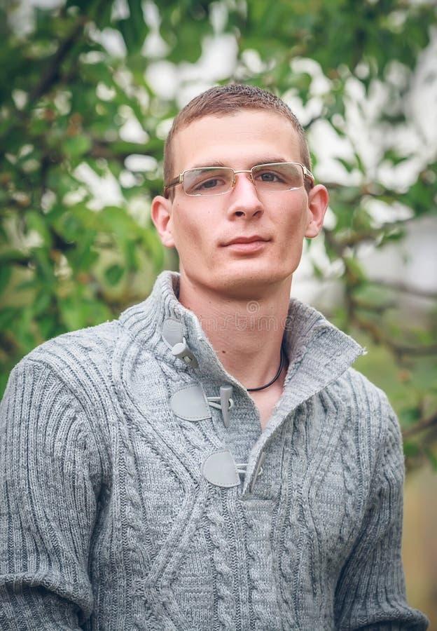 Jonge mens die glazen draagt stock foto's